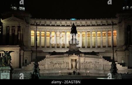 AJAXNETPHOTO. 2015. ROME, ITALY. - NATIONAL MONUMENT - GIUSEPPE SACCONI DESIGNED MONUMENT TO VITTORIO EMANUELLE II FIRST KING OF UNIFIED ITALY BUILT BETWEEN 1885-1935.PHOTO:JONATHAN EASTLAND/AJAX REF:GXR151012_5697_2 Stock Photo