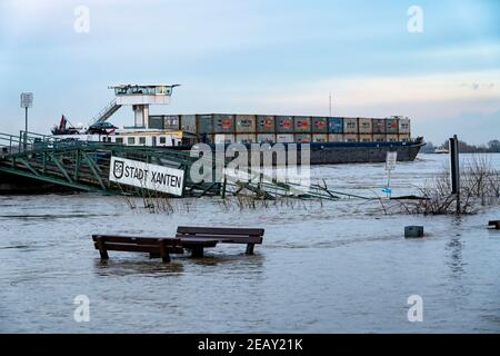 High water on the Rhine, flooded Rhine bank, old ferry landing stage, Rhine meadows, near Xanten, Bislicher Insel, Lower Rhine, NRW, Germany,