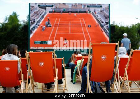 Tennis - French Open - Roland Garros, Paris, France - May 28, 2019. Spectators in deck chairs watch tennis. REUTERS/Kai Pfaffenbach - Stock Photo