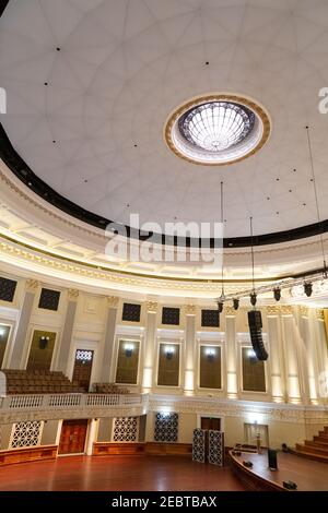 brisban city hall The Main Auditorium and its circular design with fluted pilasters around the perimeter is based on the Pantheon of Rome.   a five-ma - Stock Photo