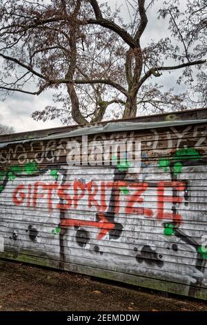 Graffiti von Corona Impfgegnern auf dem Gelände vor dem Impfzentrum in der Arena in Berlin Treptow, Schriftzug Giftspritze, Berlin Stock Photo