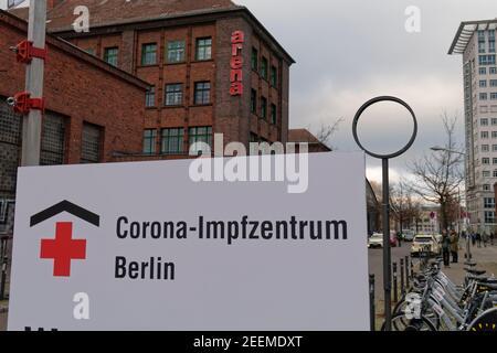 Corona Impfzentrum Arena Treptow, Berlin . Covid-19, Covid19, Coronakrise, Coronavirus, Corona-Virus, Corona-Krise, Impfung, impfen, Impfstoff, Senior Stock Photo