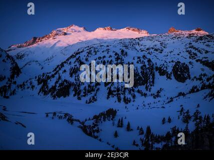 ENG: Winter sunrise in the Aneto summit and Maladetas massif, seen from Plan d'Aigualluts (Benasque valley, Pyrenees, Spain)  ESP: Amanecer de inviern Stock Photo