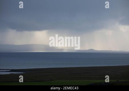 Regen über dem Meer, Unwetter, Wetter, Sonnenstrahlen, Wolkenhimmel, Regenschauer, Schauer, Wolken, Wolke, Regenwolke, Regenwolken, Regenfront, Unwett