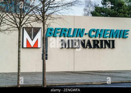 Berlin-Chemie Menarini, Pharmaunternehmen, Berlin-Adlershof, Berlin, Corona Impfstoff Aufbereitung und Abfuellung fuer Impfzentrum Arena Treptow, Stock Photo