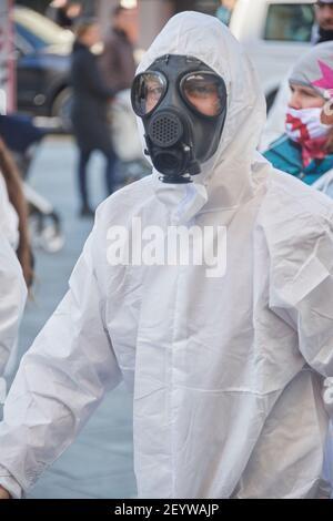 Chur, Schweiz. 6. März. Teilnehmer mit Gasmaske während der Demonstration gegen Corona Massnahmen in Chur. Stock Photo