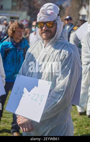 Chur, Schweiz. 6. März. Ein Teilnehmer während der Demonstration gegen Corona Massnahmen in Chur. Stock Photo