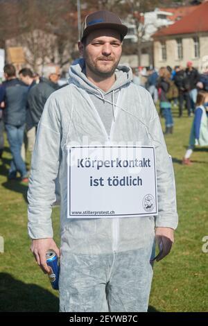 Chur, Schweiz. 6. März. Teilnehmer mit Transparent Körperkontakt ist tödlich während der Demonstration gegen Corona Massnahmen in Chur. Stock Photo