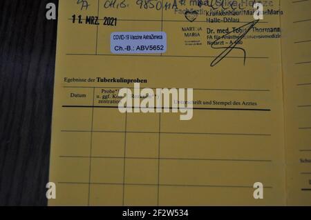 ein Eintrag einer Corona  Impfung mit dem Impstoff des Pharmakonzern AstraZeneca in einem Impfausweis Stock Photo