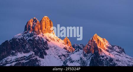 The rising sun casts its first light on the Bischofsmütze mountain in winter and creates a wonderful Alpen glow (Alpenglühen) Stock Photo