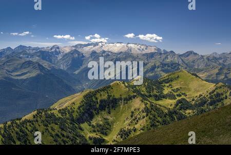 ENG: Montlude summit views. In the background, Aneto and the Maladetas range (Aran Valley, Catalonia, Spain, Pyrenees) ESP: Vistas desde la cumbre del Stock Photo