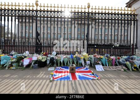 London, UK. 9th Apr, 2021. Floral tributes laid by people at Buckingham Palace after the announcement of the death of Prince Philip Credit: Paul Brown/Alamy Live News