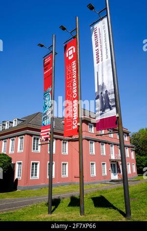 07.05.2020, Oberhausen, Nordrhein-Westfalen, Deutschland - Werbebanner vor der Ludwigsgalerie Schloss Oberhausen fuer eine Fotoausstellung mit Bildern