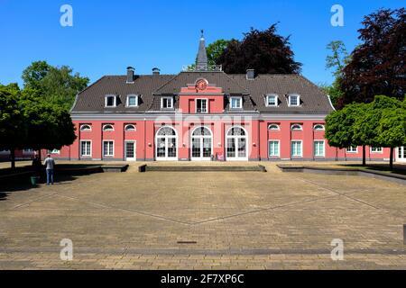07.05.2020, Oberhausen, Nordrhein-Westfalen, Deutschland - Blick auf das Kleine Schloss in der Anlage von Schloss Oberhausen im Fruehjahr. Hier praese