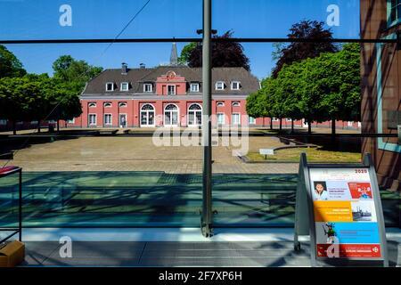 07.05.2020, Oberhausen, Nordrhein-Westfalen, Deutschland - Blick durch die Glasfassade des Hauptgebaeudes auf das Kleine Schloss in der Anlage von Sch