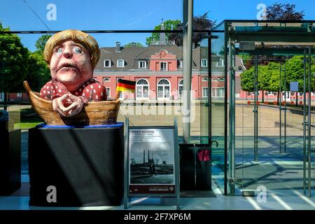 07.05.2020, Oberhausen, Nordrhein-Westfalen, Deutschland - Blick aus dem Foyer des Hauptgebaeudes von Schloss Oberhausen auf das Kleine Schloss im Fru