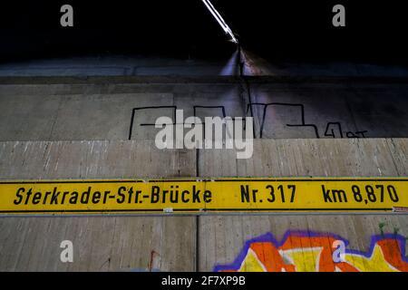 07.05.2020, Oberhausen, Nordrhein-Westfalen, Deutschland - Beschriftung der Sterkrader-Strasse-Bruecke ueber den Rhein-Herne-Kanal in Oberhausen fuer