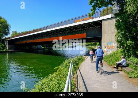 07.05.2020, Oberhausen, Nordrhein-Westfalen, Deutschland - Radfahrer auf einem Weg unter der Sterkrader-Strasse-Bruecke am Rhein-Herne-Kanal in Oberha