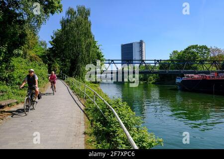 07.05.2020, Oberhausen, Nordrhein-Westfalen, Deutschland - Radfahrer auf einem Weg am Rhein-Herne-Kanal in Oberhausen in der Naehe des Gasometers
