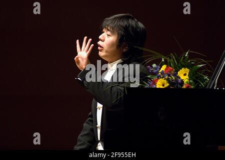 DEU, Deutschland, Ruhrgebiet, Essen, 10.02.2006: Der Pianist Lang Lang kommuniziert mit seinem Publikum bei seinem Konzert in der Philharmonie Essen.