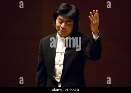 DEU, Deutschland, Ruhrgebiet, Essen, 10.02.2006: Der Pianist Lang Lang nimmt die Ovationen des Publikums entgegen bei seinem Konzert in der Philharmon