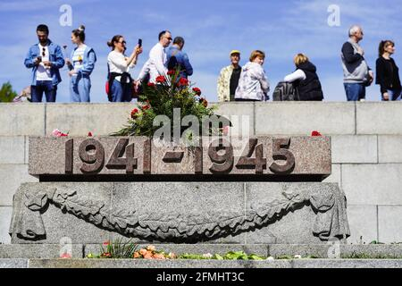Berlin, Germany. 9th May, 2021. People gather at the Soviet Memorial in Treptower Park to mark the 76th anniversary of the end of World War II in Europe, known as Victory in Europe Day, in Berlin, capital of Germany, May 9, 2021. Credit: Stefan Zeitz/Xinhua/Alamy Live News Stock Photo