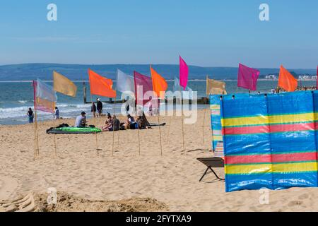 Bournemouth, Dorset UK. 30th May 2021. UK weather: hot and sunny at Bournemouth beaches, as people flock to the seaside to enjoy the sunshine for Bank Holiday Sunday, as more people take staycations because of restrictions on foreign travel due to Covid.  Credit: Carolyn Jenkins/Alamy Live News