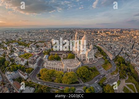 FRANCE - PARIS (75) - THE MONTMARTRE HILL AND THE SACRE COEUR BASILICA SEEN FROM THE SOUTH. IN THE BACKGROUND, THE NORTHERN SUBURBS OF PARIS AND THE P