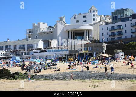 Tate St Ives on popular Porthmeor beach, in Cornwall, UK