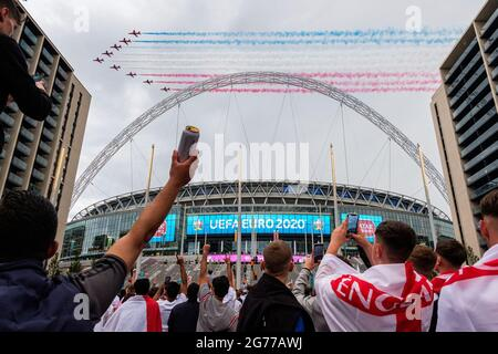 London, UK. 11th July, 2021. Red Arrows flying over Wembley Stadium ahead of the Italy vs England match of the Euro 2020 Final.  Credit: Joao Daniel Pereira Credit: João Daniel Pereira/Alamy Live News