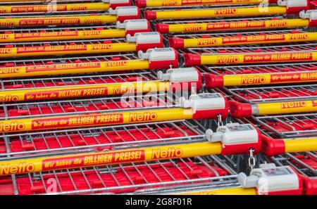 Filiale der Firma Netto in Schwabmünchen mit gestapelten Einkaufswagen