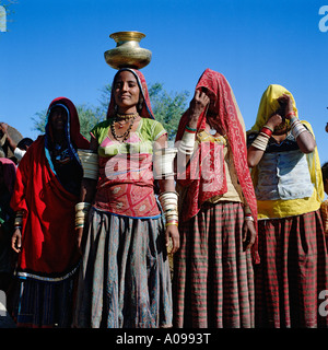 Rajasthani women in traditional costume, collecting water from well in the Thar desert, Rajasthan, India - Stock Photo