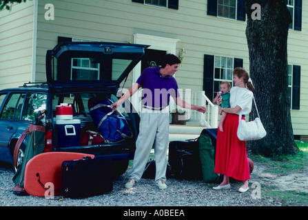 Family loads car in Richmond Virginia ready to go on vacation - Stock Photo