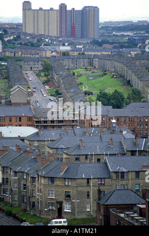 A VIEW OF DIFFERENT TYPES OF HOUSING IN GLASGOW SCOTLAND. LOW RISE HOUSES HIGH RISE TOWER BLOCK SEPTEMBER 1994 - Stock Photo