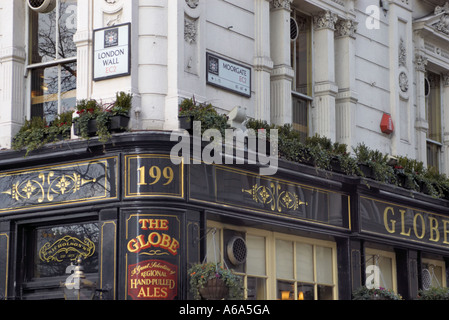 The Globe pub at the junction of Moorgate and London Wall - Stock Photo