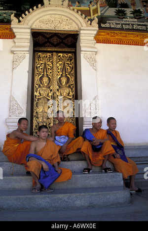 Asia, Thailand, Northern Thailand, Lamphun, Wat Phra That Hariphunchai (12th C.), Young Buddhist monks and carved - Stock Photo