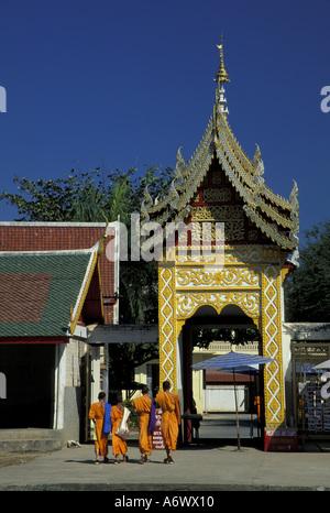 Asia, Thailand, Northern Thailand, Lamphun, Wat Phra That Hariphunchai (12th C.), Buddhist monks walking - Stock Photo