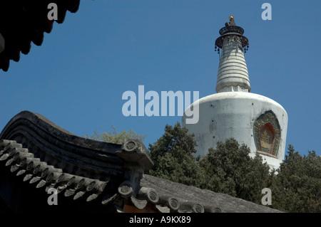 WHITE DAGOBA WHICH DOMINATES THE JADE ISLET IN BEIHAI PARK DONGCHENG BEIJING CHINA - Stock Photo