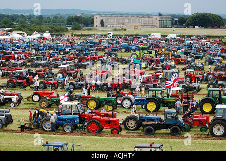 pic martin phelps 25 06 06 hullavington tractor challenge 2 000 odd tractors working in a field - Stock Photo