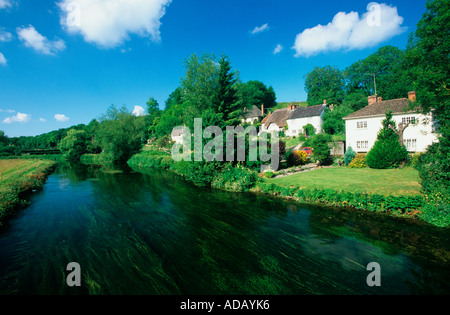 picturesque view of cottages along the banks of river avon woodford valley upper woodford near salisbury wiltshire - Stock Photo