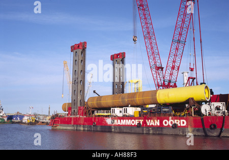 JUMPING JACK MARINE PILE DRIVER RIG MOORED ON THE RIVER YARE AT THE PORT OF GREAT YARMOUTH NORFOLK EAST ANGLIA ENGLAND - Stock Photo