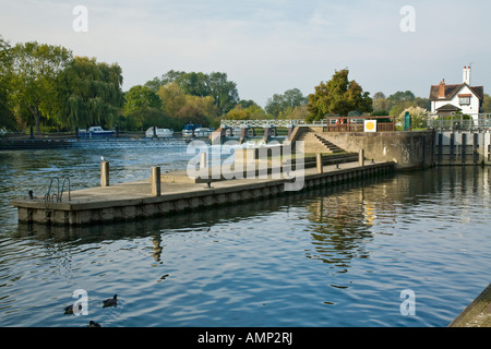 Lock Weir and lock keeper s cottage on the River Thames at Goring and Streatley in Oxfordshire - Stock Photo