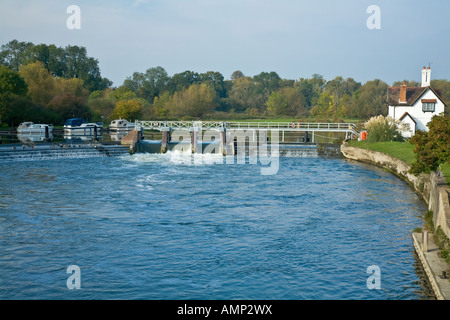 Thames weir and lock at Goring in Oxfordshire - Stock Photo