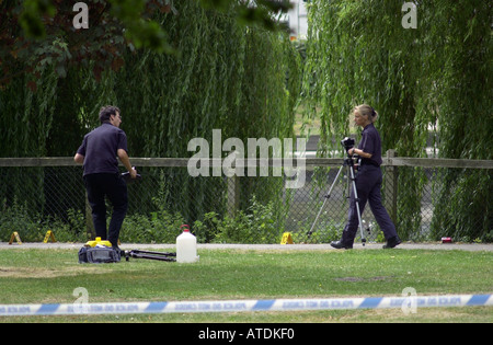Scene of crime officers prepare to photograph a murder scene UK. Photograph by Ian Miles. 07870 597313 - Stock Photo