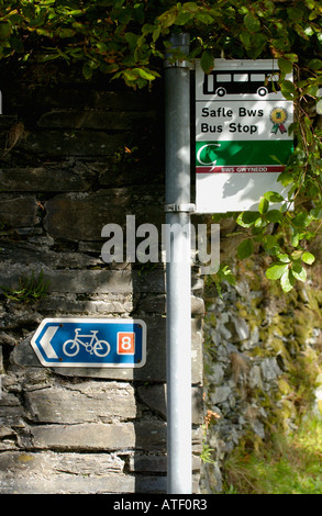 Rural Bus Stop near Corris Gwynedd Wales UK with cycle route sign on slate wall - Stock Photo