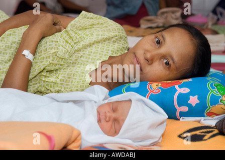 Burmese refugee mother with newly born child, Mae Tao Clinic, Maesot, Thailand - Stock Photo