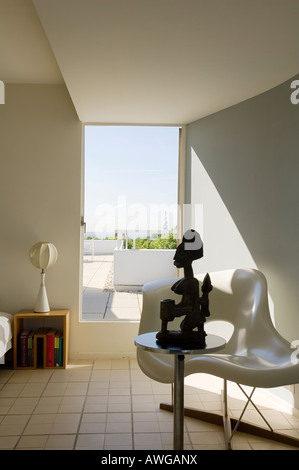 view from bedroom to terrace in penthouse apartment of 1930s Modernist building by Berthold Lubetkin - Stock Photo