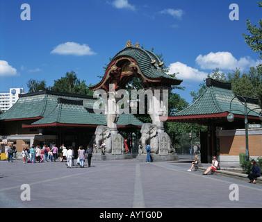 Touristen am Eingang zum Zoo, Zoologischer Garten, Tierpark, Tiergarten, Elefantenfiguren am Eingangsportal, Berlin - Stock Photo