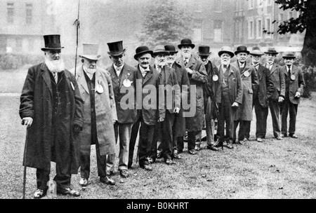 A row of old 'cabbies', London, 1926-1927. Artist: Unknown - Stock Photo