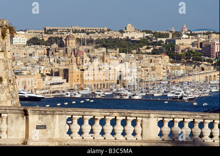 Malta, Valletta. An elegant ballustrade on the old walls of Valletta provides a panoramic view over the Grand Harbour - Stock Photo